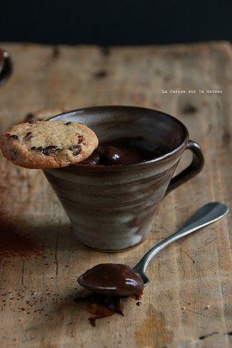 Petits pots de crème au cacao, chantilly à la vanille et mini cookies.