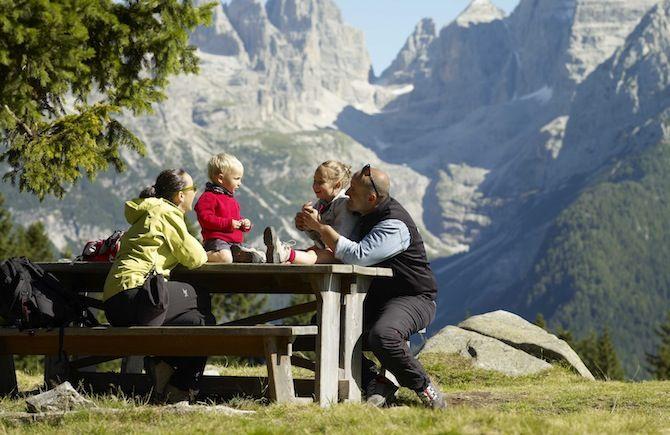 10 luoghi del Trentino per le vacanze estive delle famiglie in montagna: le aeree turistiche più adatte ai bambini con programmi di esperienze e divertimento pensati per loro.