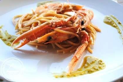 Spaghetti integrali con scampi, mazzancolle e pesto di pistacchi.
