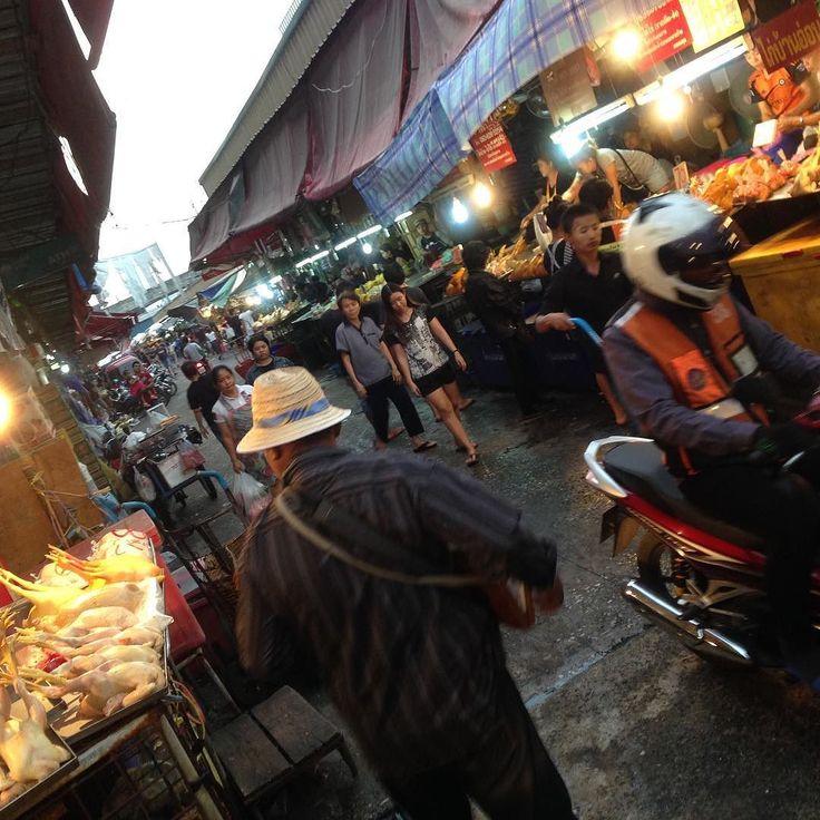 現地の価値観に驚きました市場の買いものする人々の間を通り抜けるバイク  オレンジのユニフォームはバイクタクシーの方なのでここでお客さんをつかまえているのでしょう どうでもいいかもですがこういうのありなんですね #市場 #生活 #日常 #街並み #thailand  #タイ #bankoku #バンコク #景色 #散歩 #旅 #自分磨き #cocoacana