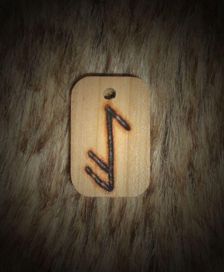 Амулет представляет собой сакральное слово ALU, записанное при помощи вязанных и кодированных рун. Это одно из наиболее часто употребляемых в Традиции сакральных слов, содержащих пожелание удачи. По сути, слово заключает в себе основные элементы, из которых формируется удача и благополучие человека - здесь отражены и воля богов, и способность следовать ей, будучи в потоке, и жизненная сила.