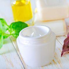 Anti-Falten Creme selber machen - sie bindet Feuchtigkeit, ist nährend, glättend und regt die Zellerneuerung an - www.ihr-wellness-magazin.de