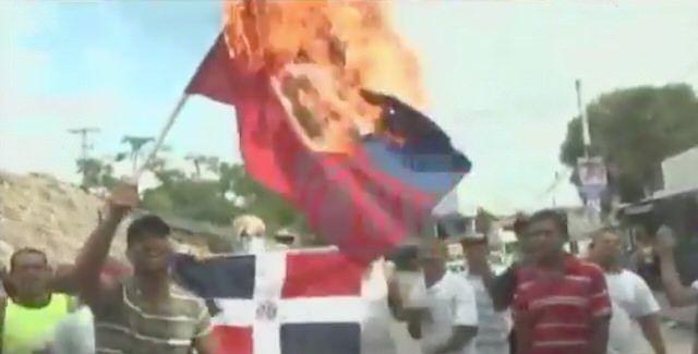 VIDEO – Queman bandera de #Haití en Santiago