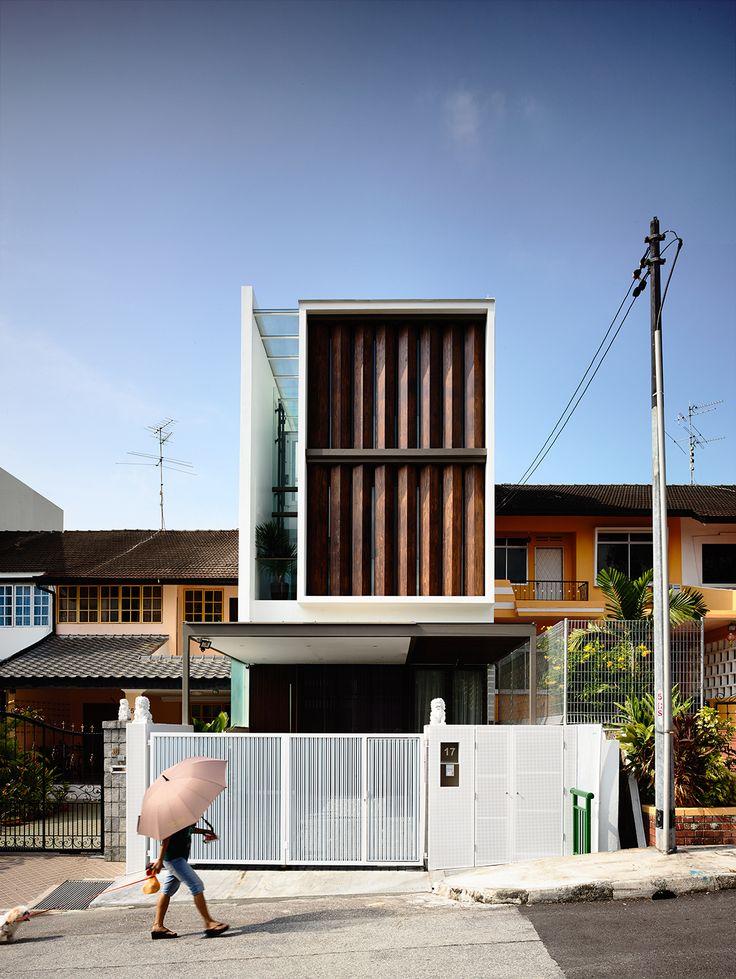 Construido por HYLA Architects en Singapore, Singapore con fecha 2014. Imagenes por Derek Swalwell. Esta casa de 3 plantas incluyeuna pantalla giratoria en su elevación frontal. Su sección transversal tiene una forma...