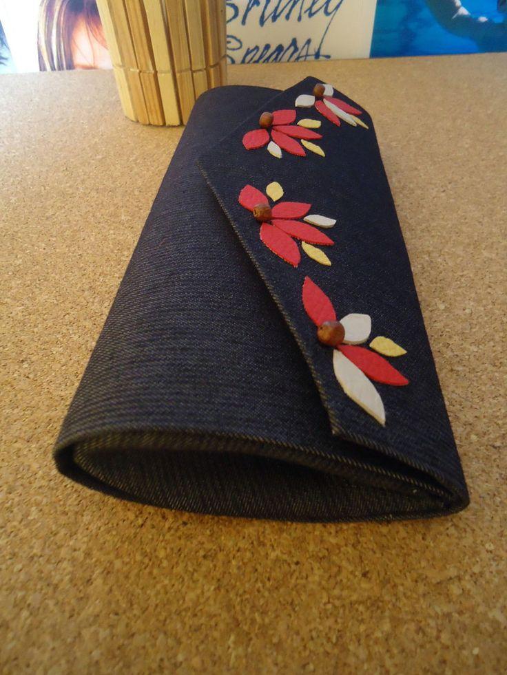 Bolsa de mão Jeans  Produto feito artesanalmente  parte externa: Jeans e flores em couro aplicadas.  Parte interna: tecido 100% algoodão cor jeans