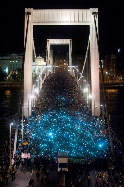 Recent political revolt brings out the masses to the Elizabeth Bridge. Bürgerbewegung oder Putschversuch? Die Internetsteuer bringt Ungarn auf Trab, 2014.