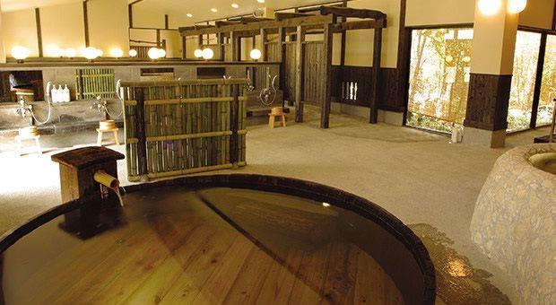 120年前につくられ使用されていためずらしい【味噌樽風呂】 Miso-daru-buro was made from the cask used to make miso.
