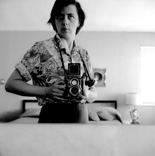 Vivian Maier Amerikaanse straatfotografe  (New York, 1 februari 1926 - Chicago, 21 april 2009) Maier's werk bleef tijdens haar leven onbekend en veel van haar fotorolletjes bleven onontwikkeld. Kort voor haar dood werden dozen met daarin haar bezittingen gekocht op een veiling. Een historicus en verzamelaar  John Maloof, onderzocht de foto's en begon scans van Maier's negatieven vanaf 2009 op het web te publiceren.  Tip : Finding Vivian Maier https://www.npo.nl/close-up/30-10-2014/AT_2022927