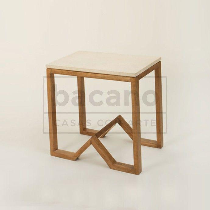 Mesa de apoyo W.Mesa rectangular con tapa de Pergamino. Materiales: Lenga lustrada y Pergamino. Medidas en cms: 60L x 40A x 62H