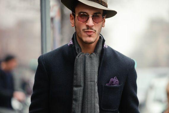 Вот и пришла весна, а значит открывается шляпный сезон. «Сегодня шляпы можно увидеть везде: на охоте, свадьбе, скачках и ночном клубе. Шляпа – это нижнее белье для лица, а леди в шляпе обязательно заслужит внимание благосклонной публики. Особенно если эта шляпка будет экстравагантной», — утверждает владелец шляпного магазина и любимец Букимгемского дворца дизайнер Стивен Джонс.