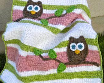 Darling uil baby deken voor die nieuwe babyjongen. Hand haakwerk in een gemakkelijk te onderhouden acryl garen in beige met stoffige blauwe strepen met gehaakte uil en boom accenten. De geweven steek biedt belang samen met strepen. Deken heeft een leuke snoer rand. Deken is mijn eigen persoonlijke ontwerp/patroon en zou een prachtige en unieke baby douche cadeau!  Patroon ook beschikbaar voor verkoop hier: https://www.etsy.com/listing/110908149/pdf-owl-baby-blank...