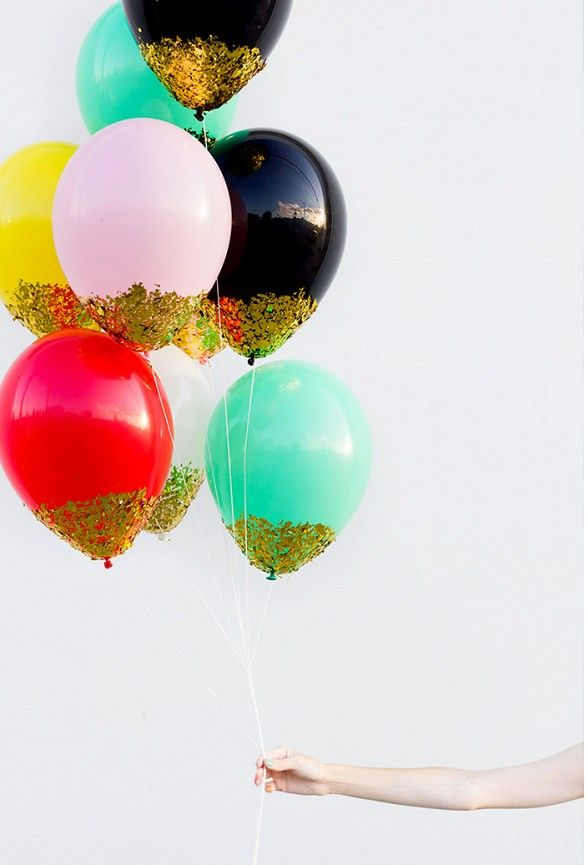Add a touch of gold to your balloons for an ultra fun (and easy) touch // Tutorial via Studio DIY