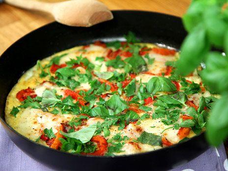 Frittata, omelett med färska örter, paprika och getost. Gott, snabblagat och enkelt.