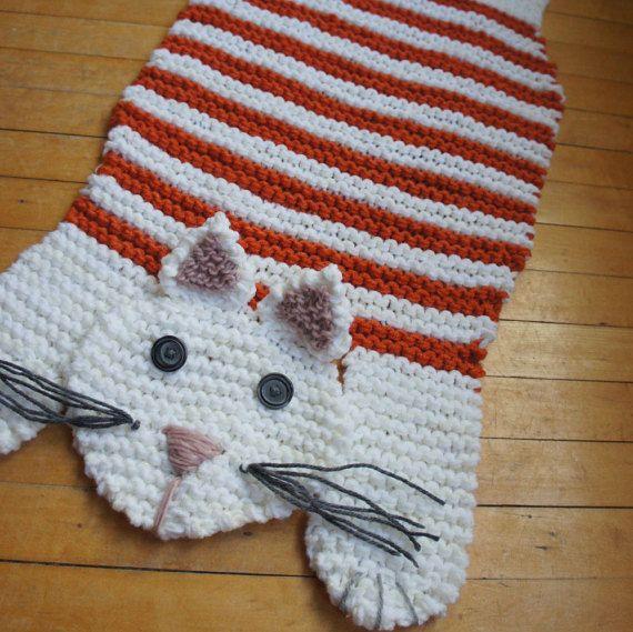 Deze aanbieding is voor één hand gebreide wit en oranje gekleurd tapijt van de kat. Het is de perfecte brei deken/deken met een veelheid van toepassingen - het kan worden gebruikt als een kat of hond bed, als een huishoudelijke deken, als dikke ronde deken of als een decoratieve stuk voor een open haard of in een kinder-speelkamer.  Het maatregelen 28.5 inch van neus tot het uiteinde van de achterste poten, en 14 inches in in het gedeelte van de buik. Het was breien met behulp van twee s...