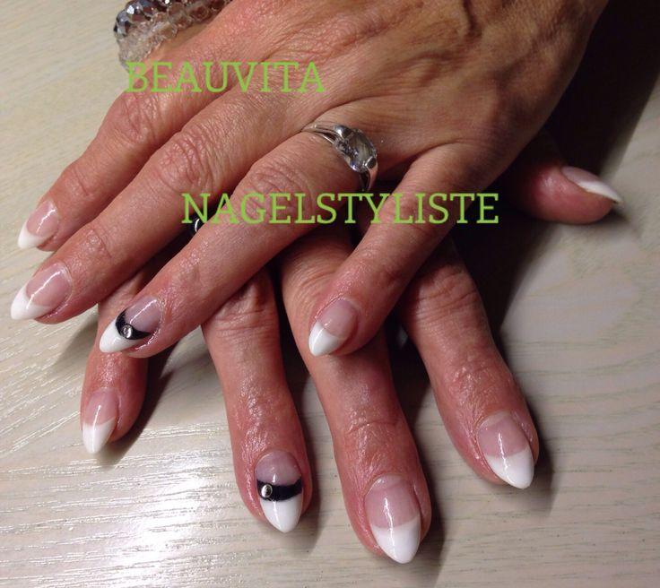 Acrylnagels klassiek witte french manicure met zwart accent