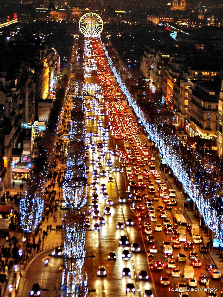 Les Champs Elysées à Noël...Paris                                                                                                                                                                                 Plus