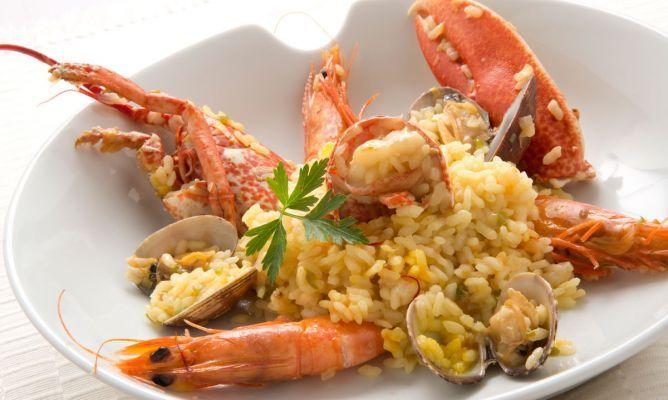 Receta de Paella de marisco con bogavante. Karlos Arguiñano elabora una receta de paella de marisco, en esta ocasión con langostinos, almejas y bogavante. Más info: http://www.hogarutil.com/cocina/recetas/arroces-cereales/201206/paella-marisco-15795.html#ixzz377N6hF2L