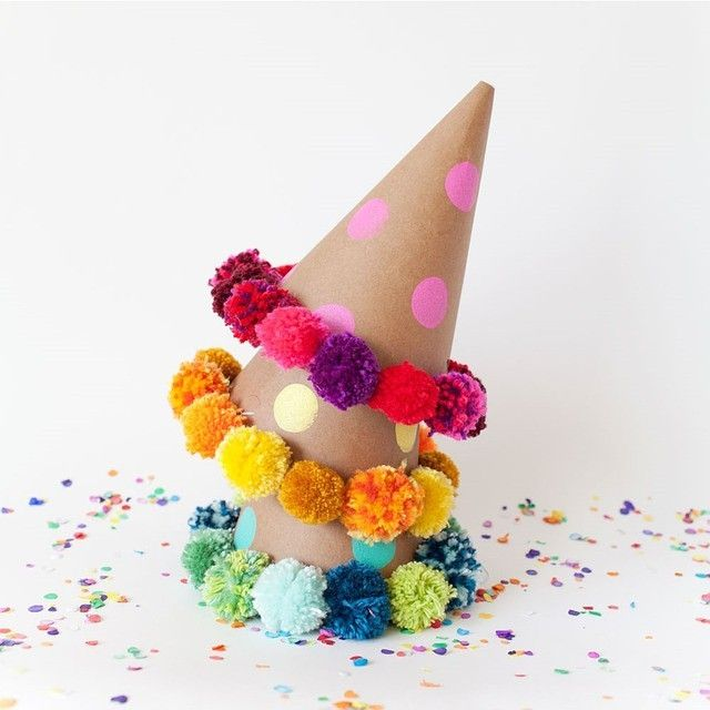 "844 curtidas, 35 comentários - HOORAY!™ (@hooraymag) no Instagram: ""These #DIY #pompom #party hats are super cute! Image via @tellloveandchocolate x"""
