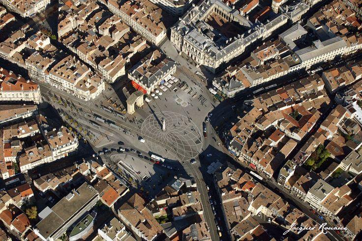 [Vue-aerienne-place-Victoire-Bordeaux.jpg] aujourd'hui