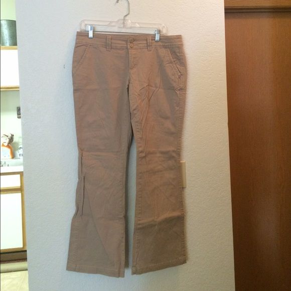 Maurice's Kaki Pants Maurice's kaki pants! Size 7/8 Short. In like new condition! Excuse the wrinkles! I accept offers:) Maurices Pants