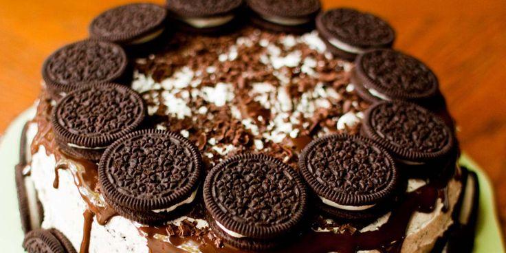 La torta Oreo è un dolce freddo simile a una cheesecake che viene preparato per una merenda fresca e golosa. A differenza della famosa cheesecake, la tortaè però composta da una base di biscotti Oreo, uno strato di ganache al cioccolato al latte e una crema al doppio cioccolato. La superficie viene decorata con pezzetti … Continua