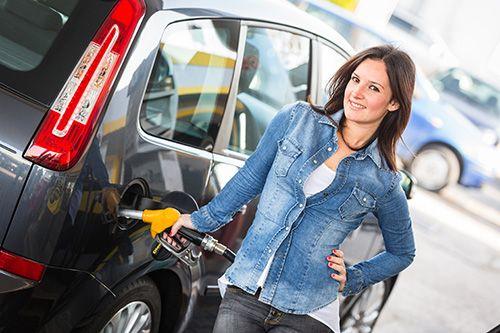 В статье говорится о том, как экономично путешествовать на автомобиле. Даются конкретные советы по уходу за автомобилем.