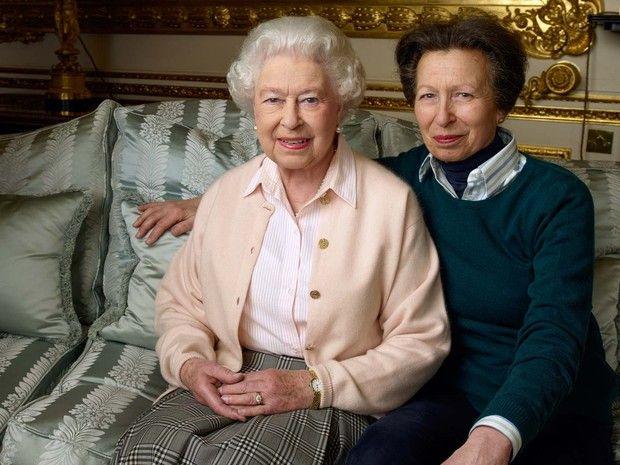 Rainha Elizabeth II ao lado de sua filha, a princesa Anne, no Castelo de Windsor (Foto: ANNIE LIEBOVITZ / AFP)