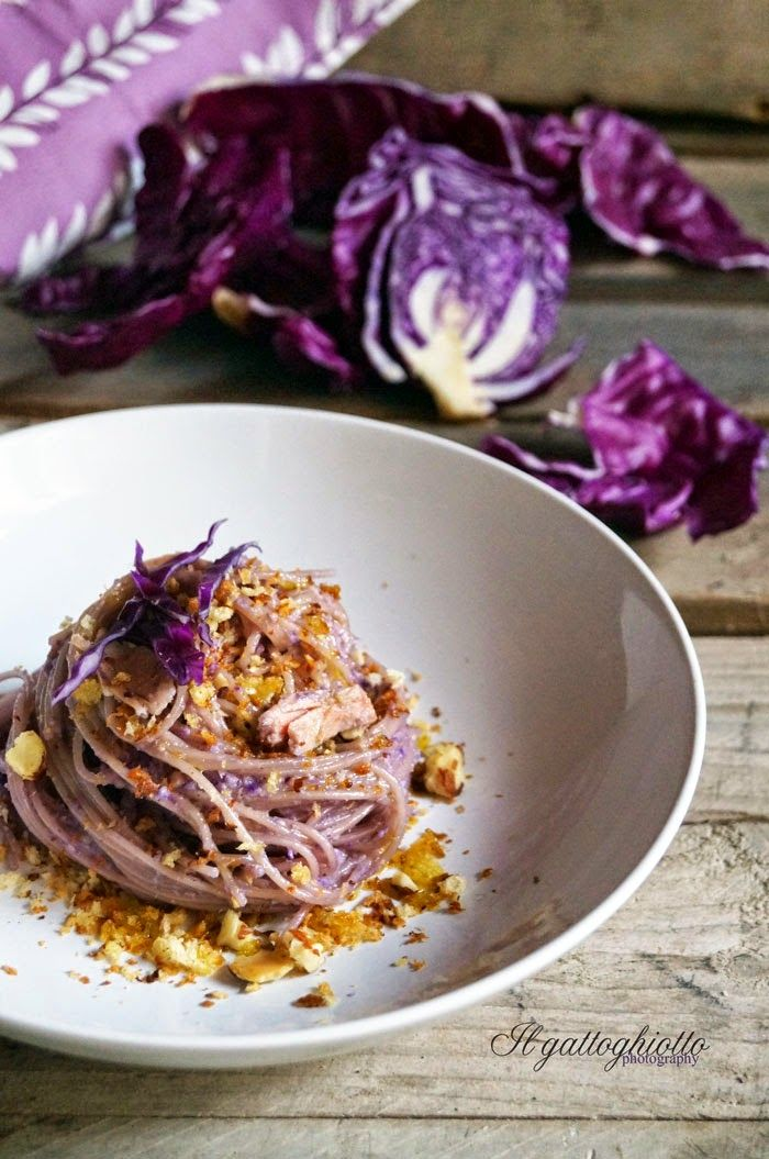 il gattoghiotto: Spaghettini con tonno, pesto di cavolo rosso e briciole croccanti alle mandorle