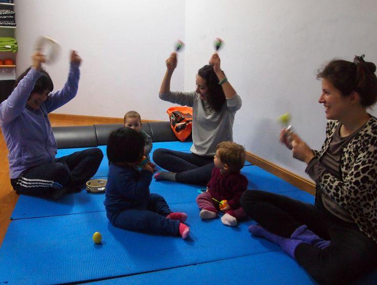 Cantando en clase de yoga mamá y bebé #estimulaciónmusical #yogamamáybebé #músicabebés