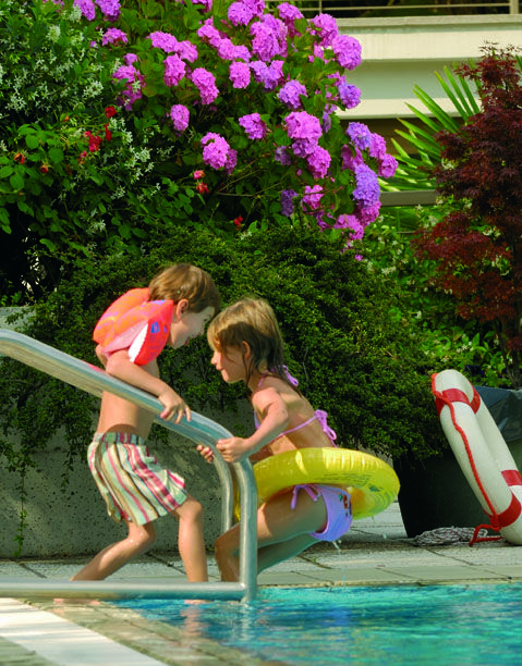Nestled in the lush greenery of the park there are two pools to relax in the water or to regain new energy with swimming lessons and water aerobics. Even our littlest guests have their own small outdoor pool so they too can have lots of fun in the water. Around the pools there is a natural solarium with deck chairs where you can relax surrounded by nature.