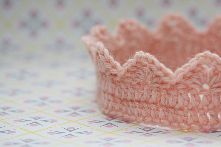 Hæklet krone - gratis opskrift.  Crochet childrens crown - free pattern, now in both danish and english (US)