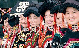 Etnia Yi, de #China con un idioma propio de la familia de las lenguas birmano-tibetanas. Actualmente son 7 millones, una de las minorías étnicas más numerosas del país.   www.maimaiwenhua.com  #CulturaChina #ArteChino #ArteOriental #PinturaChina #Chino #Asia