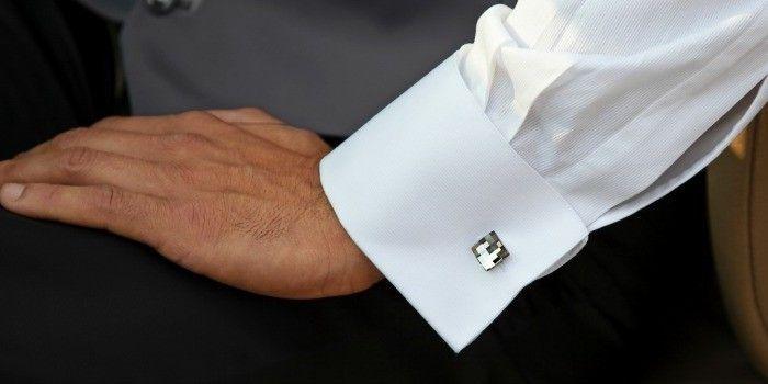 Los errores al usar mancuernillas.-Las mancuernillas pertenecen a los accesorios masculinos más usuales y  que mejores opciones nos proporcionan para vestir con estilo.   La camisa de puño  francés es la adecuada para lucir las mancuernillas.  Recuerde que la costura del puño debe estar tres milímetros atrás del doblez.