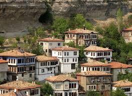 SAFRANBOLU - KARABÜK  Safranbolu, Karabük ilinin turistik bir ilçesidir.  17 Aralık 1994 tarihinden beri Türkiye'de Dünya Miras Listesi'nde yer alan 9 kültürel varlıktan biridir.Safranbolu ismini, bölgede yetişen ve nadir bir bitki olan safrandan alır.Tarihte Paflagonya olarak adlandırılan bölgede bulunur ve birçok medeniyete ev sahipliği yapmıştır.