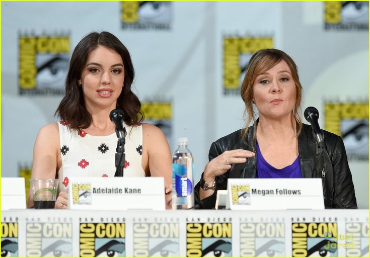 Adelaide Kane & Toby Regbo Are In Full On Adorable Mode at Reign's Comic Con 2014 Panel | adelaide kane toby regbo reign sdcc panel 04 - Pho...