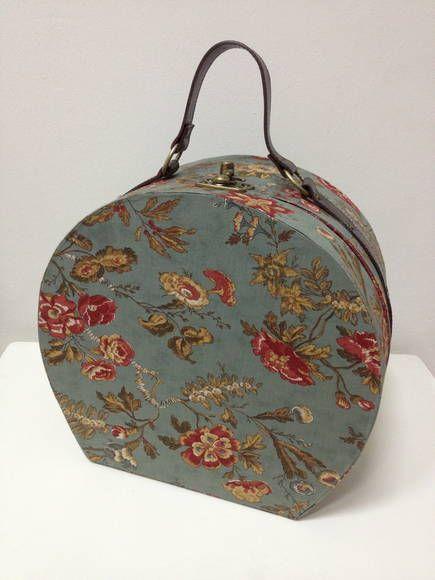 Maleta valise vintage esta com tecido importado, pode ser feito em outras cores e tecidos