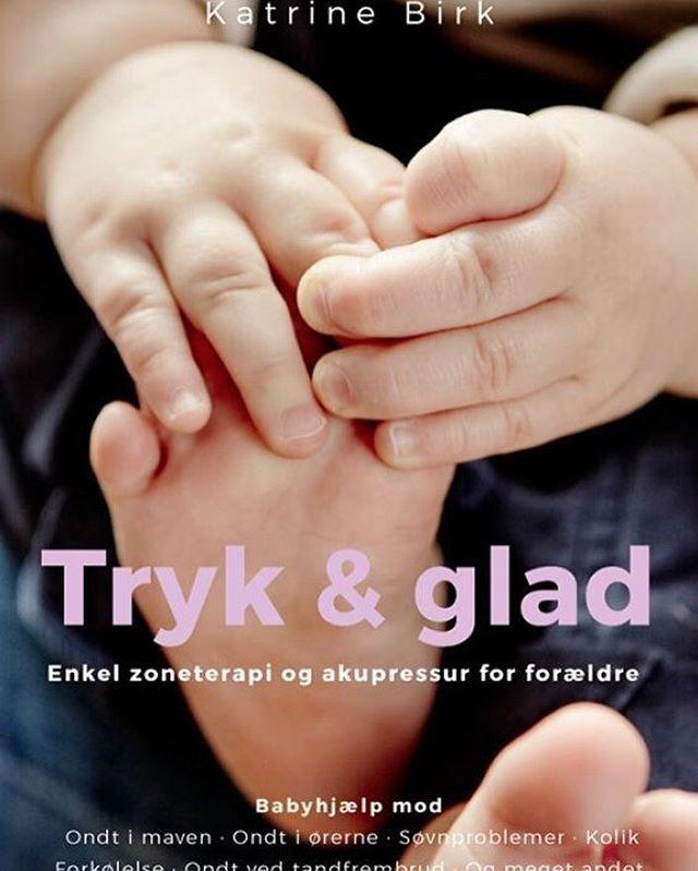 """Jubiiii yeahhhhh...! ✨🖖☀️ Min lille bog """"Tryk og glad"""" @rosinanteco er nu sendt til tryk - og jeg glæder mig mega overdrevet kanon psyko ubeskriveligt meget til at få den i hænderne 👌🏻💅🏻👊👈🏻🤘 Bogen er fyldt med punkter og zoner til nutzi bebser og cutie småbørn, så man som forælder nemt kan give sit barn kærligt  akupressur og zoneterapi mod typiske """"baby-gener"""" - ondt i maven, snotnæse, uro, mellemøresbetændelse, eksem osv ❤️ En super let tilgængelig guide alle kan være med på…"""