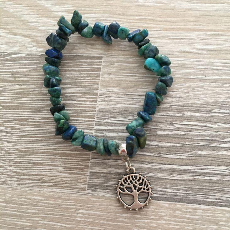 Armband van chrysocolla splitstenen met metalen Tree of Life. Van JuudsBoetiek, €5,50. Te bestellen op www.juudsboetiek.nl.