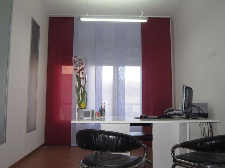 tende a pannelli in tessuto ignifugo in colori a contrasto, qui in un ufficio