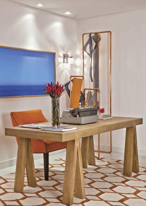 A mesa de madeira dá um toque rústico no ambiente.