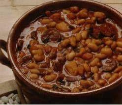 Deze+soep+aten+wij+voor+het+eerst+tijdens+een+wintesportvakantie+in+Oostenrijk+en+we+waren+direct+verkocht. Pittige+witte+bonen+soep+met+soepgroenten,+spek+en+chorizo. Lekkerder+als+je+hem+de+dag+tevoren+al+maakt. De+gedroogde+witte+bonen+kun+je+eventueel+vervangen+door+een+blik. +Deze+soep+kan+heel+goed+gemaakt+worden+in+de+slowcooker