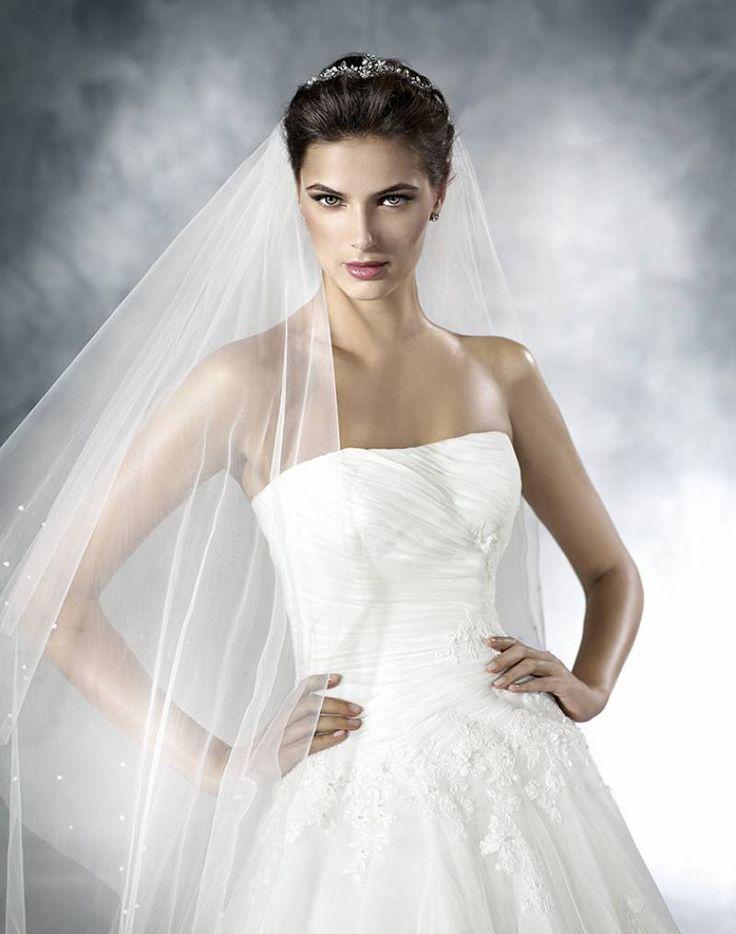 Une vraie princesse cette robe de mariée en tulle de soie et perles Somptueuse robe de mariée à silhouette princesse réalisée en tulle et dentelle, Une jupe volumineuse qui contraste avec le bustie [...]