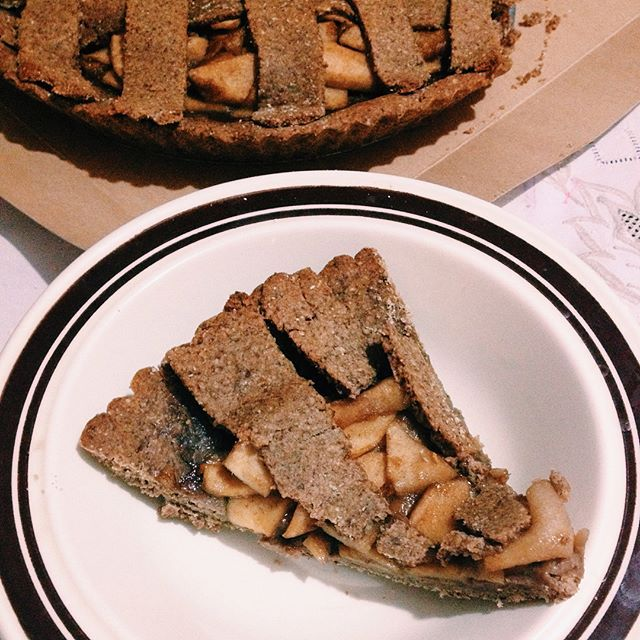 PIE DE MANZANA VEGANO🍏💚🌱 El pie de manzan es uno de mis postres favoritos y aqui les traigo una versión vegana,saludable y fácil para que compartan en familia🙈  Ingredientes: ✨ 2 tazas de harina de avena (avena molida) ✨ 1 taza de almendras molidas o harina de almendras ✨ 1/2 taza de miel de panela (panela + agua hirviendo) o miel de agave ✨ 1cdta de vainilla ✨ 1cdta de canela y nuez moscada ✨ jugo de medio limón o 1 cda de leche vegetal ✨aprox. 3 manzanas medianas ✨3 cdtas de panela…