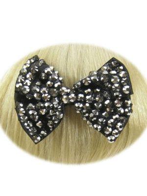 Haarklem met strikje in de kleur zwart met zilveren steentjes. Deze feestelijke haarklemmen zijn ook verkrijgbaar in andere kleuren.