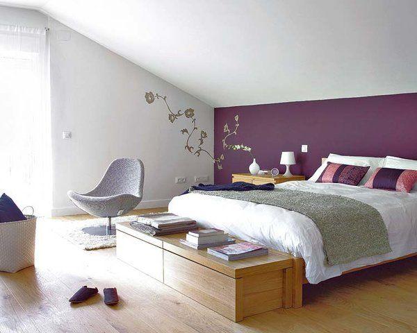 Baules de madera a los pies de la cama: