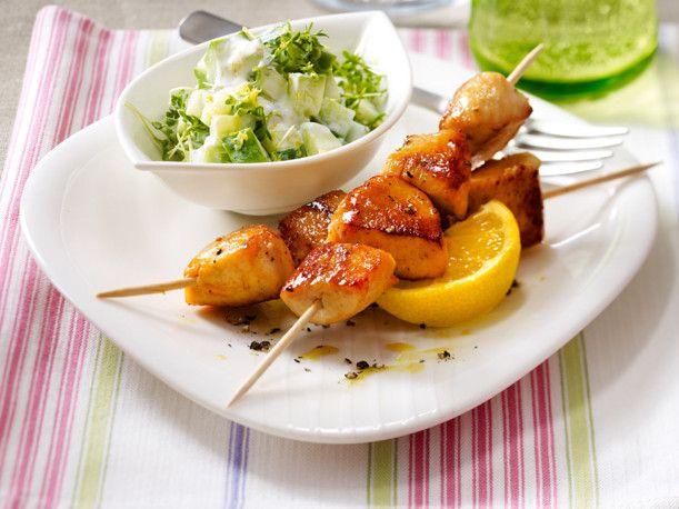 Unser beliebtes Rezept für Hähnchenspieße in Honig-Senf-Marinade mit Gurken-Kresse-Salat und mehr als 55.000 weitere kostenlose Rezepte auf LECKER.de.