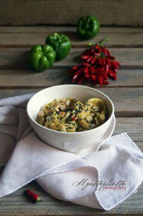 il gattoghiotto: Essenza: Spaghetti integrali con crema di peperoni verdi, sesamo nero e mandorle tostate