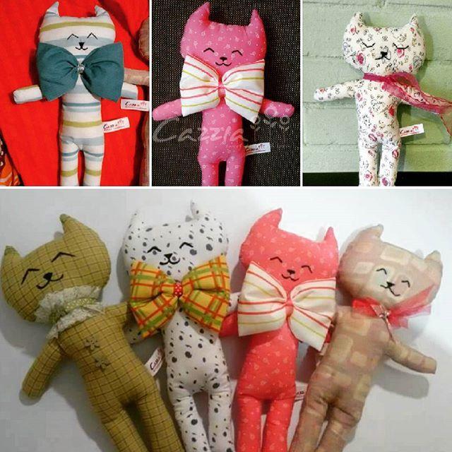 Los bellos gatitutos!!! Gatitos de tela suave, sin partes duras, especial para bebés como tuto, para niños y niñas como un juguete suave y compañero de sueños, y más grandecito para decorar el cuarto!!!! Rellenos de algodón hipoalergénico, cada uno es diferente!!! Desde $5.000-  #cazziadolls #gatos #bebes #mamas #mamitas #tuto #suave #muñecosdetela #niños #niñas #decoracion #colores #exclusivo #coleccion #hechoamano #hechoenchile