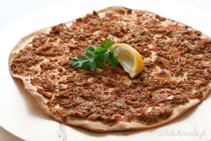 Tradycyjna potrawa turecka, potocznie zwana turecką pizzą. Nie zawiera sera, przez co jest lżejsza od typowej pizzy.