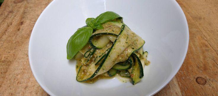Pasta parece, calabacín es unos calabaguetis fríos con un pesto ligero que te reconciliarán con la mandolina y te harán descubrir una nueva manera de zampar verdura perfecta para el verano.